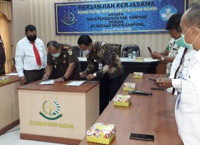 Penandatanganan Perjanjian Kerjasama antara Dinas Pendidikan Kabupaten Sampang dengan Kejaksaan Negeri Sampang